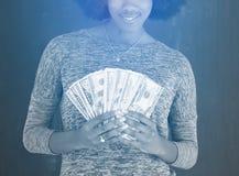 Чернокожая женщина держа деньги на серой предпосылке Стоковое Изображение RF
