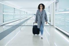 Чернокожая женщина держа багаж готовый выйти Стоковое фото RF