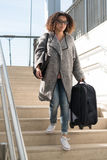 Чернокожая женщина держа багаж готовый путешествовать Стоковая Фотография RF