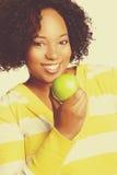 Чернокожая женщина есть яблоко Стоковые Изображения RF