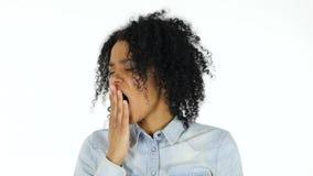 Чернокожая женщина зевая, белая предпосылка сток-видео