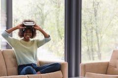 Чернокожая женщина используя стекла шлемофона VR виртуальной реальности Стоковые Фотографии RF