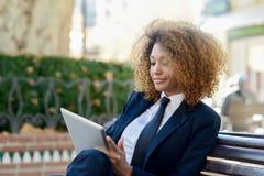 Чернокожая женщина используя планшет в городке Стоковое Изображение RF