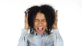 Чернокожая женщина кричащая, белая предпосылка акции видеоматериалы