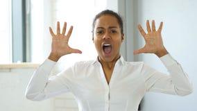 Чернокожая женщина кричащая с фрустрацией видеоматериал
