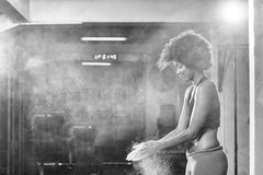 Чернокожая женщина подготавливая для взбираясь разминки Стоковые Изображения RF