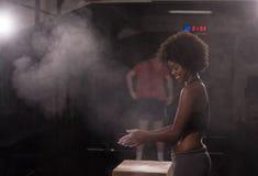 Чернокожая женщина подготавливая для взбираясь разминки Стоковая Фотография RF