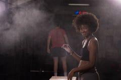 Чернокожая женщина подготавливая для взбираясь разминки Стоковое Фото