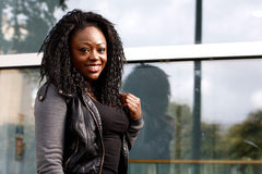 Чернокожая женщина положительной ориентации в куртке Стоковые Изображения RF