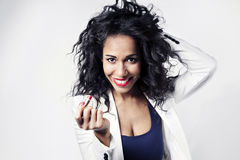 Чернокожая женщина с красной улыбкой губной помады к камере Стоковая Фотография