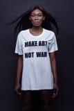 Чернокожая женщина Beautifil стоя на белой рубашке Стоковое фото RF
