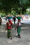 2 чернокожей женщины носят товары на их головах Стоковое фото RF