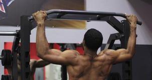Чернокожий человек вытянул вне на спортзале видеоматериал