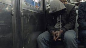Чернокожий человек в клобуке в метро сток-видео