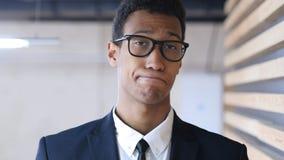 Чернокожий человек в костюме отказывая предложение, жест сброса стоковые фотографии rf
