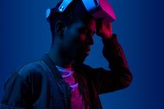 Чернокожий человек готовый для установки изумленных взглядов VR стоковые фотографии rf