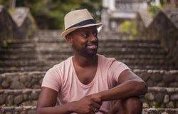 Чернокожий человек сидя на лестнице стоковая фотография