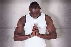 Чернокожий человек моля стоковое фото rf