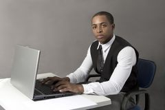 Чернокожий человек на офисе за столом Стоковое фото RF