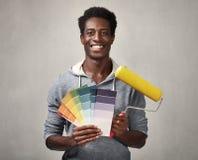 Чернокожий человек с роликом картины стоковая фотография
