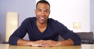 Чернокожий человек усмехаясь на камере Стоковое Фото