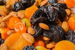 Черносливы, высушенные абрикосы, высушенные мандарины и конец-вверх миндалин Стоковое Фото
