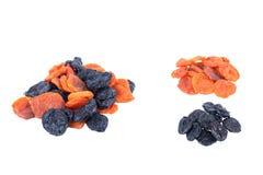 Черносливы, высушенные абрикосы изолированные на белизне Стоковое Изображение