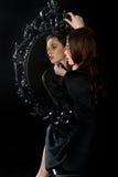 Чернота девушки зеркала Стоковые Фотографии RF