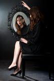 Чернота девушки зеркала Стоковое фото RF