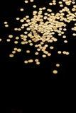 Чернота и предпосылка яркого блеска искры золота Праздник, рождество, валентинки, красота и ногти резюмируют текстуру Стоковое Изображение RF
