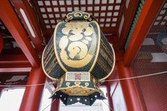 Чернота и фонарик золота в японском виске стоковое фото rf
