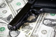 Чернота и хром дают полный газ фильтрованной предпосылке долларов пистолета и денег Стоковые Фотографии RF