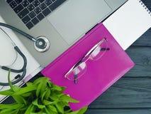Чернота лист рабочего места взгляд сверху настольного компьютера лист компьтер-книжки стетоскопа деревянная Стоковые Фото