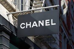 Чернота магазина Chanel подписывает внутри St 139 весен, в Нью-Йорке Стоковое Фото
