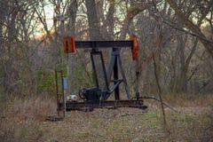 Чернота нефтяной скважины и красный насос Джек стоковое фото rf