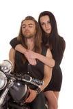 Чернота носки мотоцикла пар ее взгляд стоковые фото