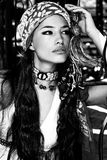 чернота одевает востоковедную белую женщину Стоковая Фотография