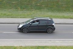Чернота пассажирского автомобиля в городе стоковое фото rf