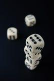чернота предпосылки dices штабелированный взгляд сверху Стоковые Изображения