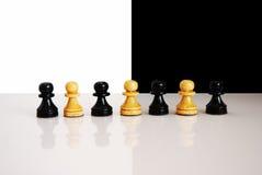 чернота pawns белизна Стоковые Фотографии RF