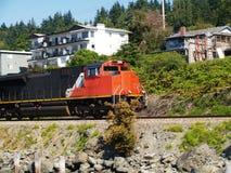 черноты поезд следов двигателя вниз идя померанцовый Стоковые Изображения