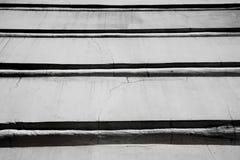 Черно-белая абстрактная предпосылка от горизонтальных прямых здания, фото стоковые изображения