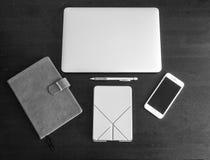 Черно-белая версия плана места для работы настольного компьютера студента и работника включая компьтер-книжку, smartphone, журнал Стоковая Фотография RF