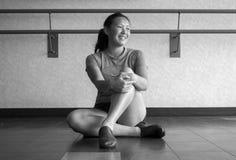 Черно-белая версия усмехаясь танцора слушая в классе джаза Стоковая Фотография RF