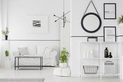 Черно-белая живущая комната стоковые изображения