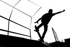 Черно-белая иллюстрация силуэта конькобежца на пандусе Стоковое Изображение