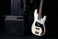 Черно-белая электрическая басовая гитара с усилителем, трудным случаем Стоковые Изображения RF
