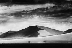 Черно-белое искусство Намибия, большая оранжевая дюна с голубым небом и облаками, Sossusvlei, пустыней Namib, Намибией, Южная Афр стоковые изображения