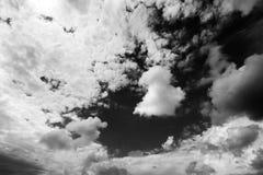 Черно-белое небо солнечного света с облаками на дне ветра Стоковые Фотографии RF
