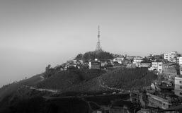 Черно-белое фото башни ТВ городка Kurseong стоковое фото rf
